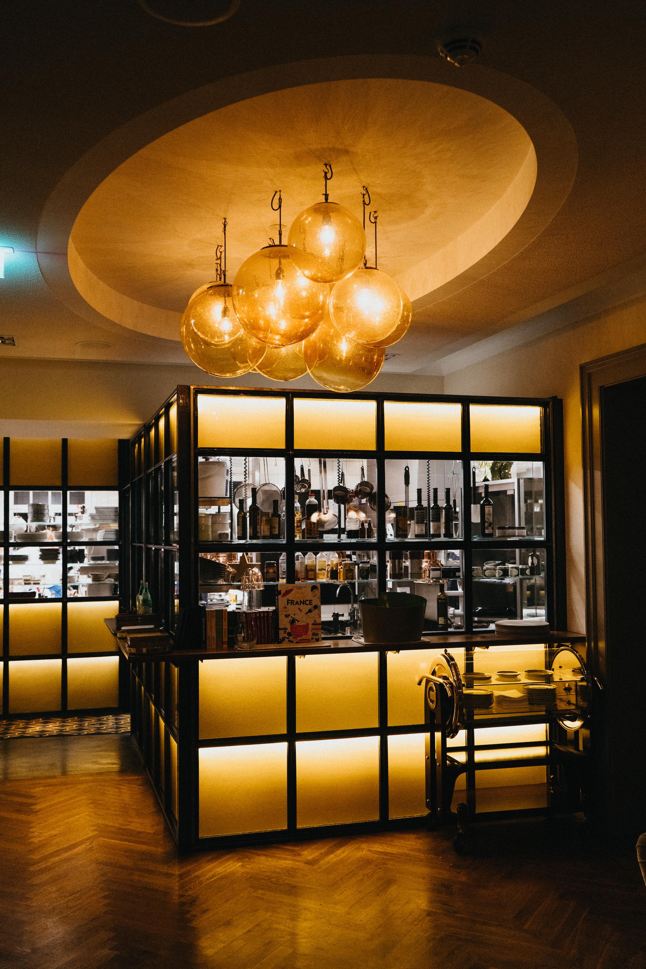 LOUIS restaurant La maison hotel